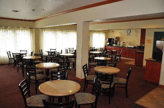 Quality Inn & Suites Beachfront: Breakfast Area
