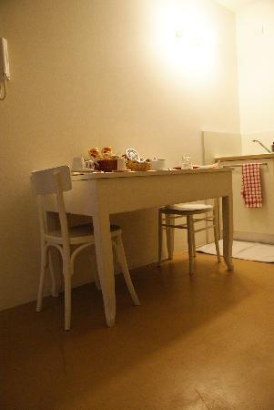B&B Casa Ester : Il tavolo in cucina