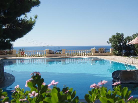 Aroma Creta Hotel Apartments & Spa : RELAXING IN SWIMMING POOL