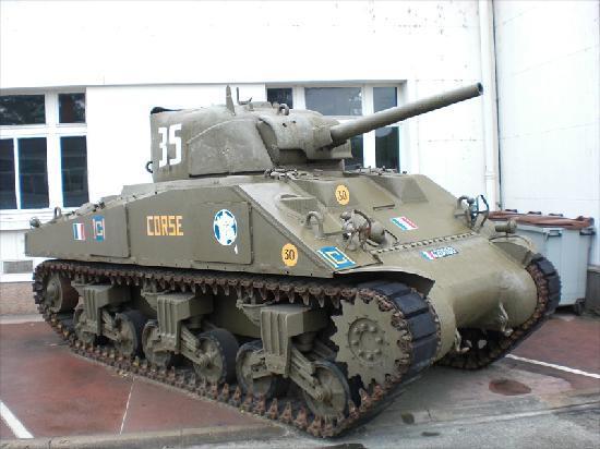 Musée des Blindés: Uno degli Sherman nel cortile d'ingresso