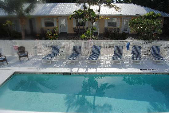 Marco Island Lakeside Inn: The pool and poolside studios