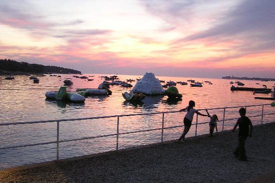 Camping Resort Lanterna : Sunset at the beach