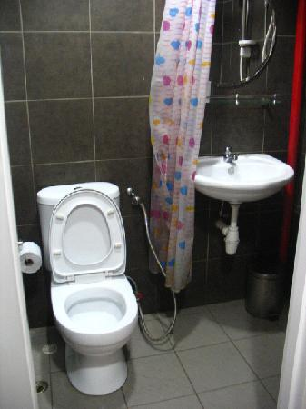 Tresor Tavern Hostel: toilet