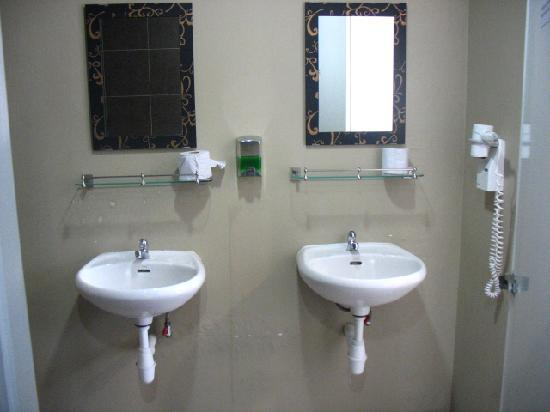 Tresor Tavern Hostel: washroom