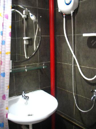 Tresor Tavern Hostel: shower