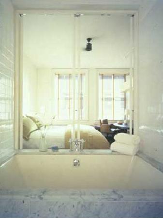 The Mercer Hotel: blick aus dem badezimmer ins schlafzimmer