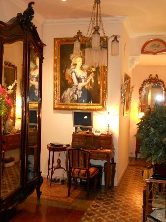 Hostal L' Antic Espai: petit hall d'entrée de l'ANTIC ESPAI : pour le check in !