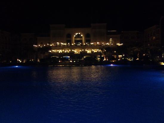 Sensimar Premier Le Reve: hotellet på kvällen