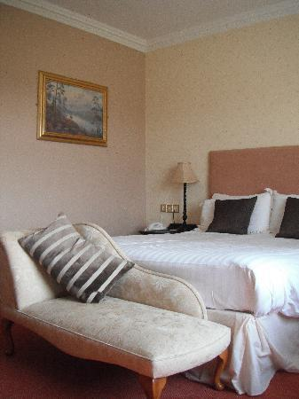 Mulroy Woods Hotel: Double Bedroom with sofa at end of bed