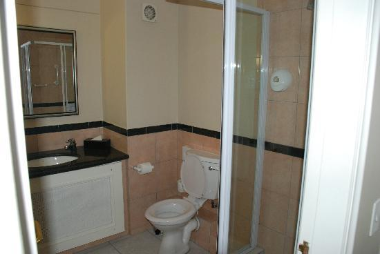 Bantry Bay Suite Hotel : Downstairs Bathroom