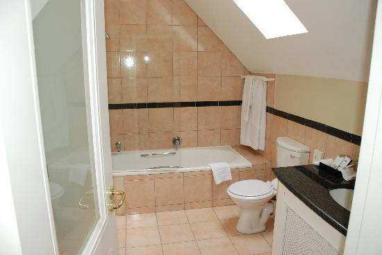 Three Cities Bantry Bay Suite Hotel: Upstairs Bathroom