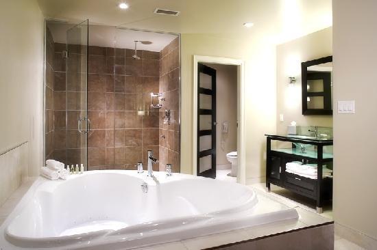 Sterling Inn & Spa: Extra large bathroom