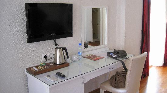 Hotel Amira Istanbul : Tv and mirror