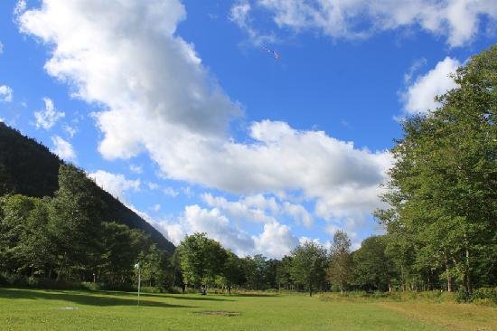 Big Intervale Fishing Lodge: flying a kite in the field