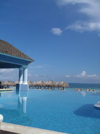 Iberostar Grand Hotel Rose Hall: Swim up Bar and Infinity Pool