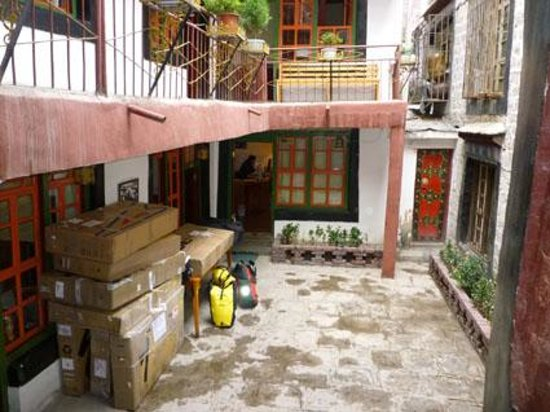 Barkhor Namchen House: Patio interior