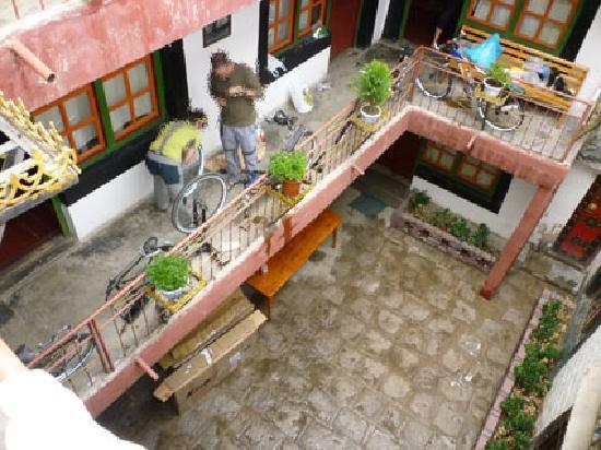 Barkhor Namchen House: Patio interior, habitaciones y las bicis
