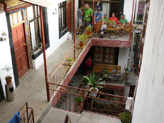 Barkhor Namchen House: Ptio interior y habitaciones