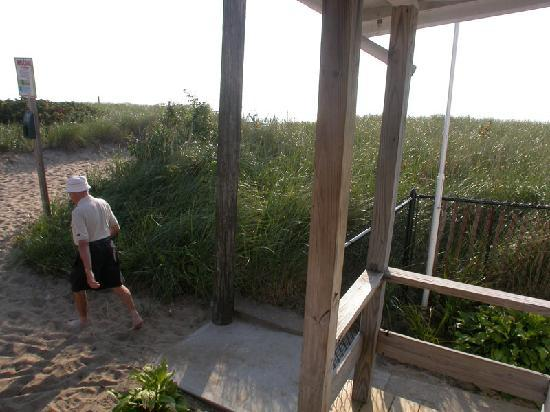 Seacoast Motel: 2 steps and on the sand