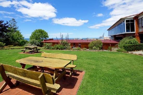 Wellers Inn: Garden and views