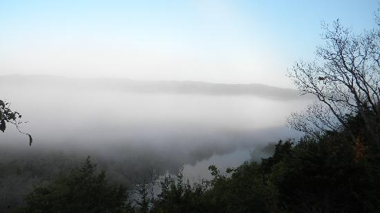 Arkansas White River Cabins: View with fog in the morning