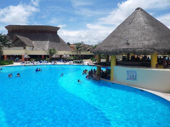 Grand Bahia Principe Tulum : Main pool and swim up bar