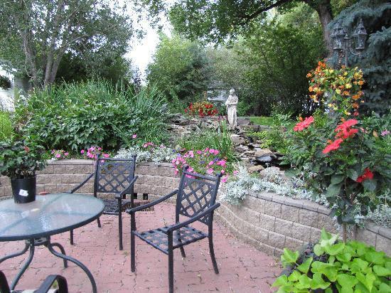 McDougall Lane Bed & Breakfast: The garden