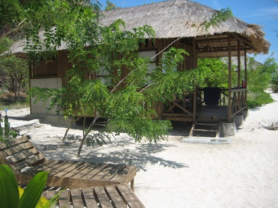 Alor Divers Eco Resort : Bungalow et transats