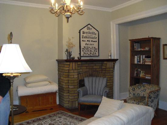 Green Door Bed and Breakfast: Living Room of the Pastor's Suite