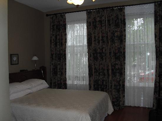 Green Door Bed and Breakfast: Bedroom in the Pastor's Suite
