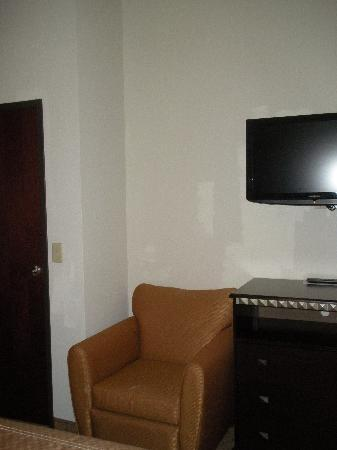 Comfort Suites Jackson/Cape Girardeau : chair and tv