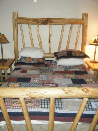 Americas Best Value Inn Kalispell: The country-cabin style bed