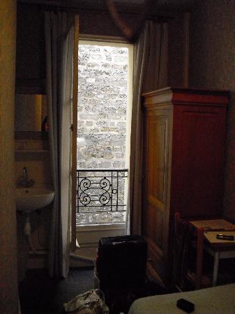 Port-Royal Hotel : Washbasin, closet and window