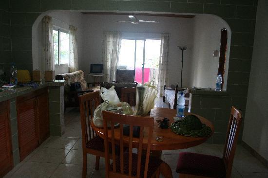 Ocean Bay Guest House: camera da pranzo...scusate il casino
