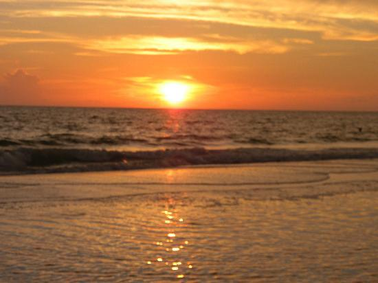 Holiday Villas III: Beautiful sunsets on the beach