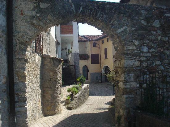 Antico Borgo Sanda: arrivando al borgo