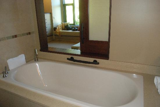 Allison Inn & Spa: soaking tub