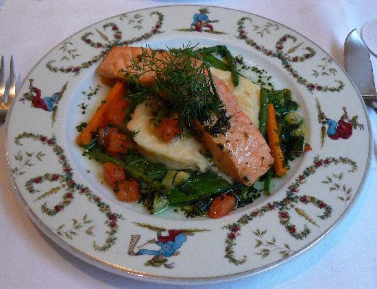 Restaurant de la Tour: salmon with vegetables