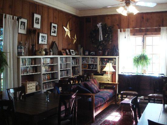 Arrowhead Inn: Breakfast & Resource Room