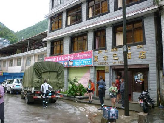 Sherpa Hotel: Entrada y calle del Hotel