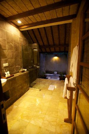 Komaneka at Monkey Forest: Komaneka Bathroom - openair bath