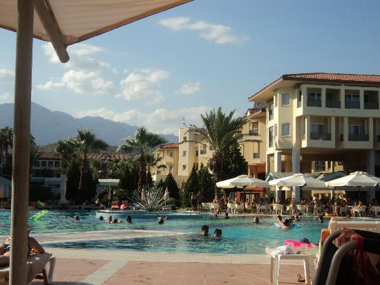 Le Jardin Resort : Piscine principale et bâtiments