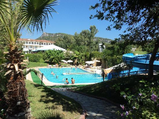 2 me piscine et jardin picture of queen 39 s park le jardin for Hotel le jardin 07700