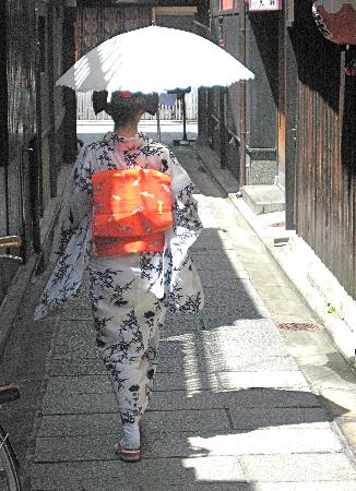 Kyoto Cycling Tour Project: Maiko in the streets of Kyoto courtesy of KCTP