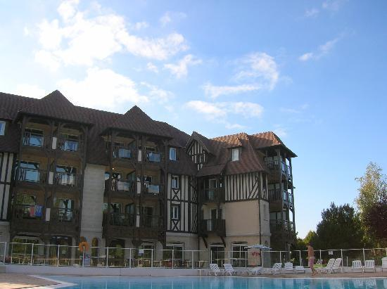 Pierre & Vacances Residence La Résidence du Golf : apartments near the pool
