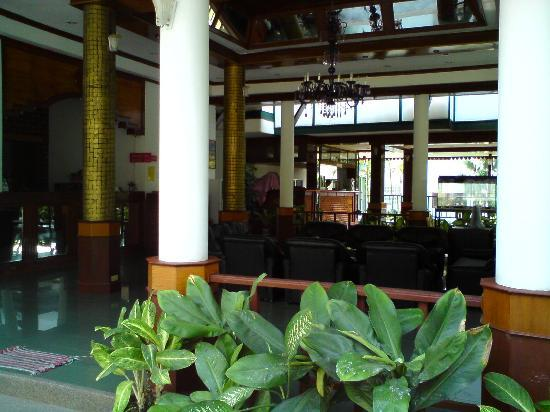 KAMALA BEACH INN: Main entrance / reception right side / dining at the end