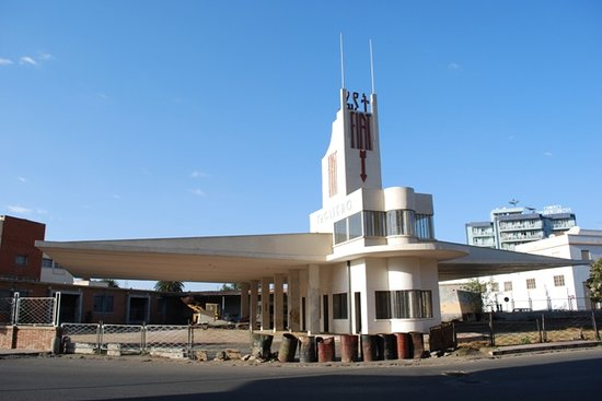 Asmara, Eritrea: Fiatgebäude von der Kreuzung aus gesehen