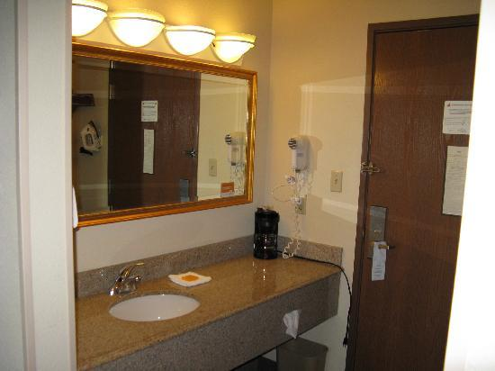 La Quinta Inn Toledo Perrysburg : Sink area outside the bathroom