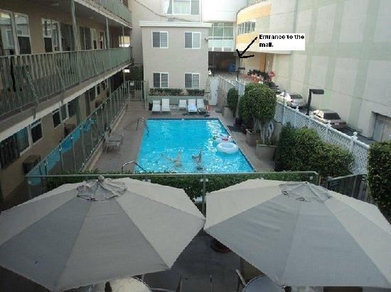 Hollywood Orchid Suites: Pool and Entrance to Mall