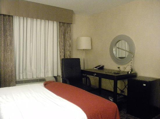 Holiday Inn Express Hotel & Suites Columbia East - Elkridge: Desk with internet and comfortable chair.